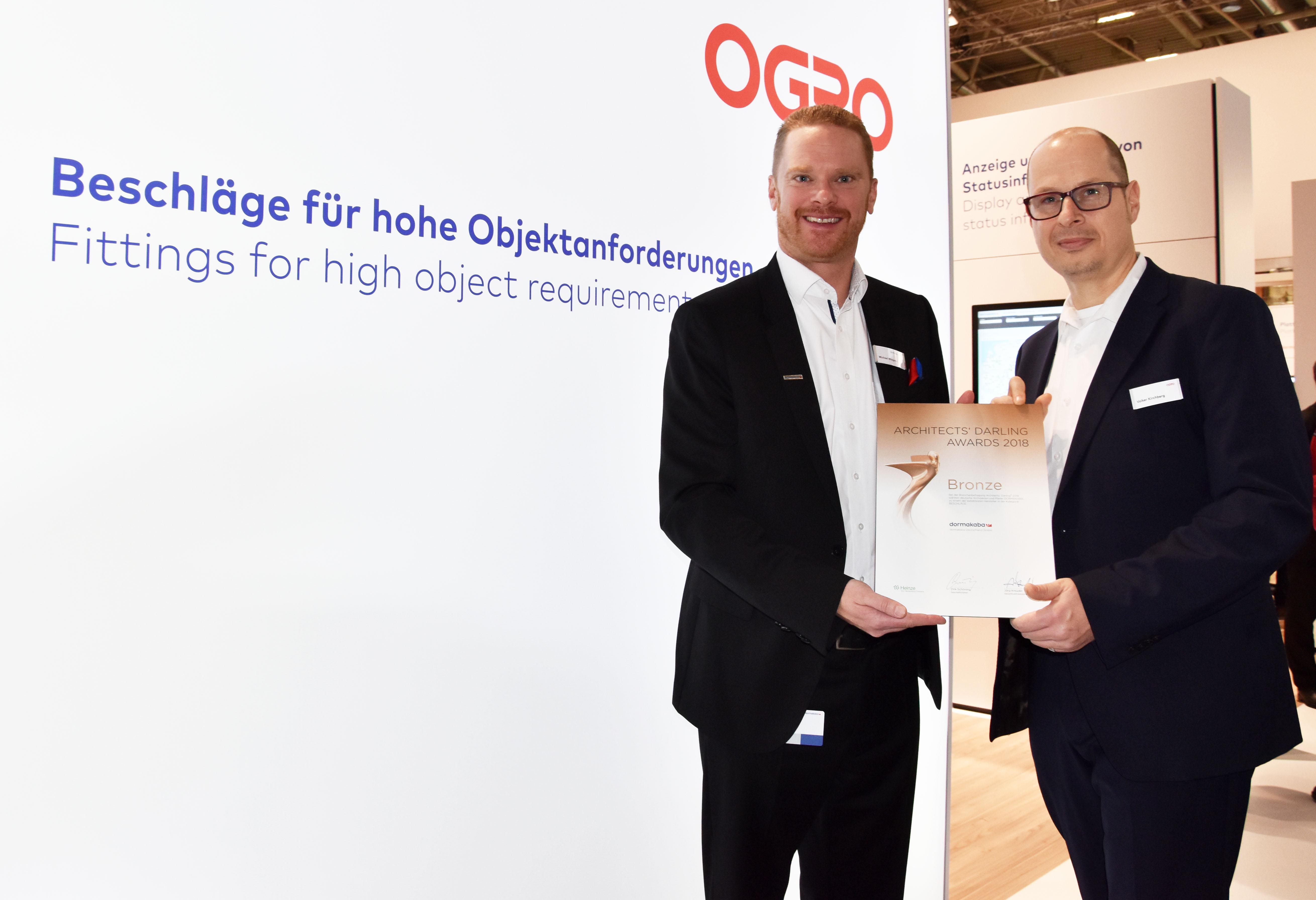 Michael Wiegand übergibt Volker Kirchberg den Preis auf der BAU 2019, Foto: OGRO Beschlagtechnik GmbH